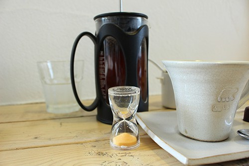 コーヒーが飲める頃合いを砂時計ではかる