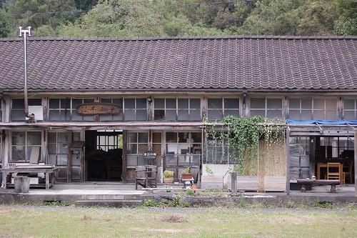 前津江の小学校をアトリエ兼製作所として活動をしています。