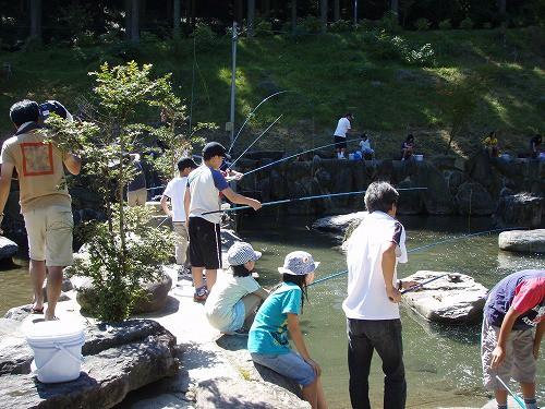 釣堀釣り体験、大人気なんです。